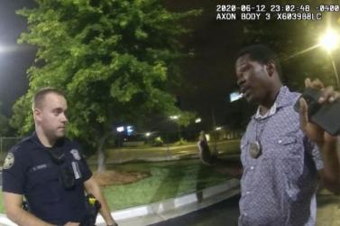 Elbocsátották a rendőrt, aki agyonlőtt egy afroamerikai férfit Atlantában