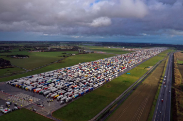 Koronavírus - Már tízezer tesztet elvégeztek az Angliában feltorlódott kamionosokon