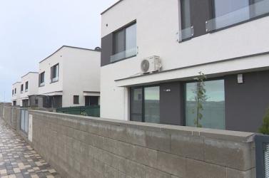 Attól tartanak az annamajori új házak tulajdonosai, hogy fejükre hullik a plafon, az építő felszívódott!