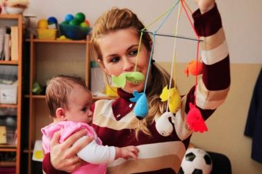 Magasabb gyermekgondozási segélyre számíthatnak a kisgyermekes szülők