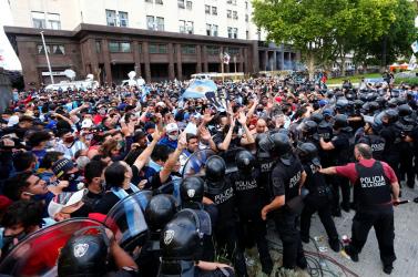 Tízezrek búcsúztatták Diego Maradonát, a rendőröknek is közbe kellett avatkozniuk