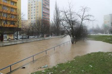 Rohamosan emelkedik a folyók vízszintje Szlovákiában, harmadfokú riasztást adtak ki