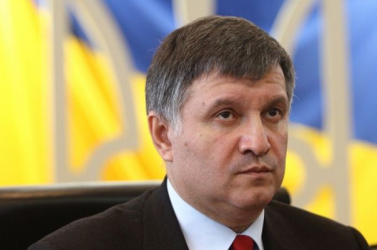 Lőfegyvereket ajándékozott politikusoknak az ukrán belügyminiszter