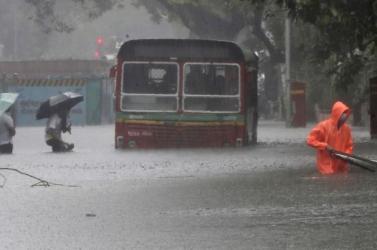 Több mint 200 emberéletet követeltek az árvizek és földcsuszamlások Dél-Ázsiában