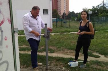 Speciális gyűjtődobozt helyeztek ki az injekciós tűknek Pozsonypüspökin