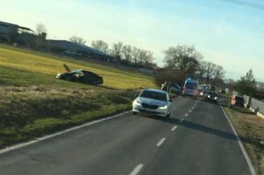 BALESETEK: Lerepült az útról egy kocsi Nyékvárkony és Ollétejed között, hármas koccanás Dunaszerdahelyen