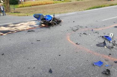 SÚLYOS BALESET: Személykocsi hajtott ki egy motoros elé a 63-ason!