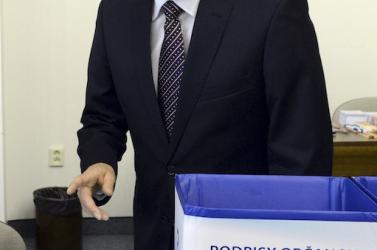 Čarnogurský is leadta az aláírásokat