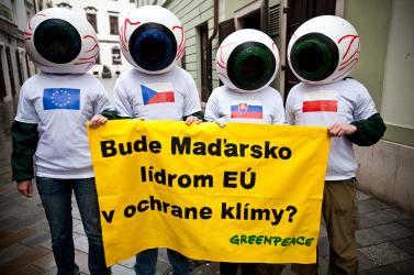A Greenpeace aktivistái a pozsonyi magyar nagykövetség előtt