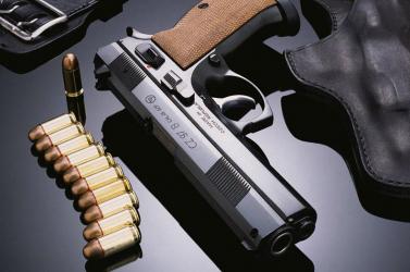 Ezentúl saját fegyvereiket is használhatják szolgálatban a zsaruk