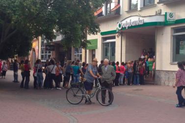 Megérkezett a magyarországi oktatási támogatás, tumultus az OTP előtt