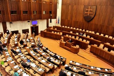 Kiürül a parlament – hathetes nyári szünetre mennek a politikusok