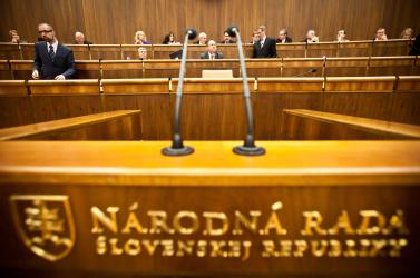 Bizonytalan törvényekről döntenek: fegyvertörvény, kisebbségi nyelvhasználat...