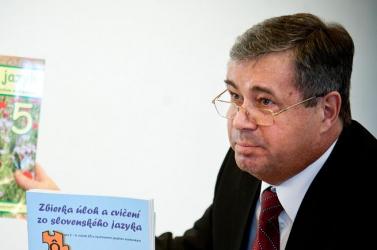 140 ezer eurós büntetést kapott Mikolaj a tankönyvek miatt