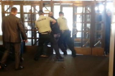 RENDSZERVÁLTÁS? Hat ismeretlen nyomult be a szlovák parlament épületébe, hogy átvegyék a hatalmat…
