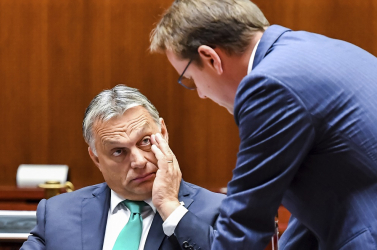 Orbán kényszerzubbonyt húzatna, ahelyett, hogy húzna