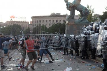 Belgrádban megint több százan próbáltak meg behatolni a parlament épületébe