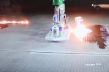 Eszement! Szétlocsolta az üzemanyagot a benzinkúton egy nő, majd begyújtotta (videó)