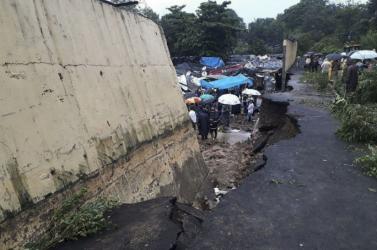 A heves monszunesőzések miatt kidőlt egy hatalmas betonfal Indiában - többen meghaltak