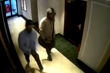 Videón a pozsonyi rablótámadás előzménye: ilyen lazán sétáltak be az elkövetők az óraboltba