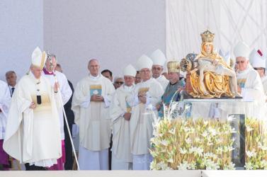 A leváltott nagyszombati érsek, Róbert Bezák is a pápa közvetlen környezetében volt