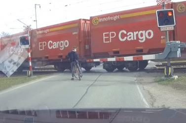 BRUTÁL: Egy nagyon hülye kerékpáros esete a vasúti átjáróval VIDEÓ