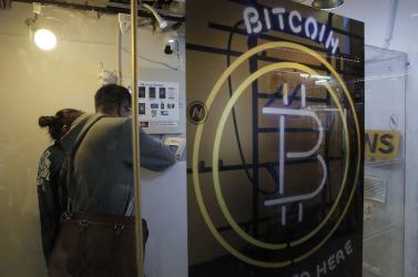 """A fiúk a bitcoinbányában dolgoznak: hogyan és miért """"bányásszák"""" a kriptopénzt – PODCAST"""