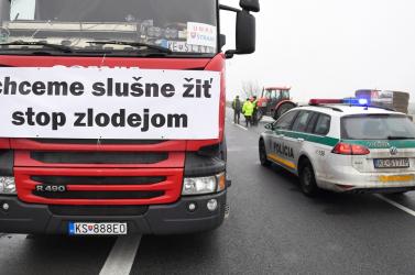 A Dunacsún–Rajka határátkelőt is blokkolják kedden a fuvarozók