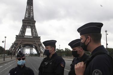 Bombariadó miatt kiürítettékaz Eiffel-tornyot, a környéket lezárták