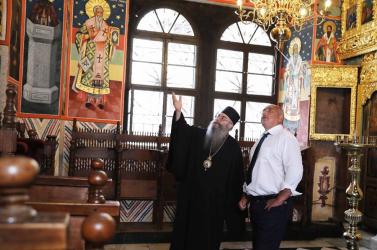 Büntetik a bolgár kormányfőt, mert szájmaszk nélkül vonult be egy kolostorba