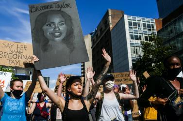 Louisville-ben betiltják az értesítés nélküli házkutatást, miután egyrendőri intézkedés során meghaltegy fiatal nő
