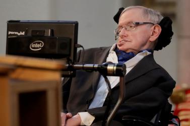 Newton és Darwin között helyezték végső nyugalomra Stephen Hawking hamvait