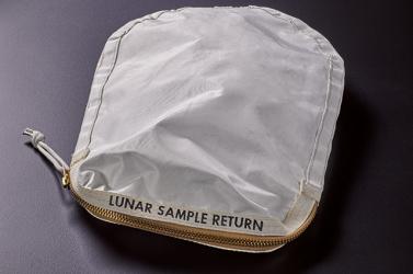 Elárverezik a zsákot, amelyet Neil Armstrong töltött meg holdi porral