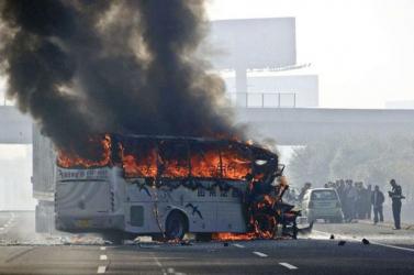 Teherautóval ütközött és kigyulladt egy busz, 36 ember meghalt