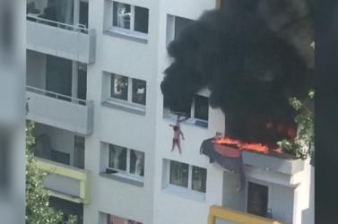 Kiugrott az égő lakásból két gyerek, a szomszédok mentették meg őket (VIDEÓ)