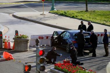 Egy férfi elgázolt két rendőrt a Capitoliumnál, a környéket lezárták