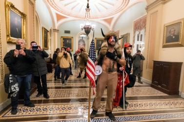 Rendőrtisztek is részt vettek a Capitolium elleni zavargásban, hatot felfüggesztettek