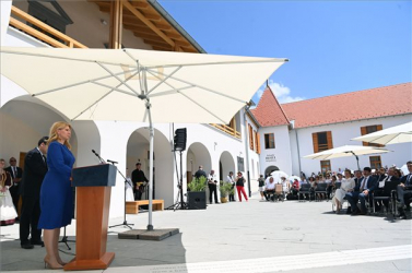 Zuzana Čaputová és Áder János közösen vettek részt a felújított Rákóczi-várkastély átadásán Borsiban