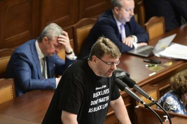 Botrány a cseh parlamentben: maszk nélkül akart felszólalni egy képviselő, lökdösődés lett a vége (VIDEÓ)
