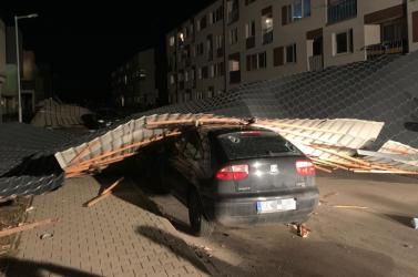 Lakóház tetejét tépte le a szél, megsérült egy gyerek