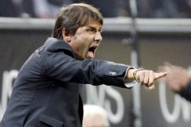 Conte a játékvezetőkre panaszkodik és Capellóval vitatkozik