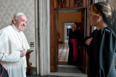 Isiász miatt a pápalemondta az újévimisét, de a netenbátorítja a híveket