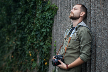 """""""Tiszteletre méltó, ha valaki bepillantást enged a mindennapjaiba"""" – Cséfalvay Á. András fotóriporterrel a kiállításáról és a fotózásról"""