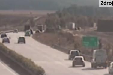 Ilyet még a sztrádazsaruk nem pipáltak: több tucat sofőr kockáztatott és konvojbantolatott  (VIDEÓ)
