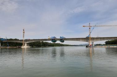 Szépen épül az D4-es körgyűrű Duna-hídja