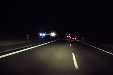 Eszement! A sötétben repesztett az autós, amikor elképesztő ökörséget tett (videó)