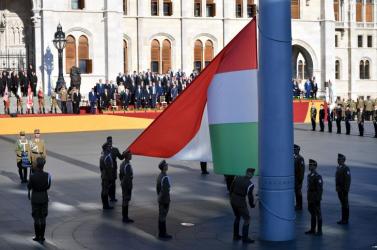 Augusztus 20. - Felvonták a nemzeti lobogót  Budapesten, a Parlament előtt