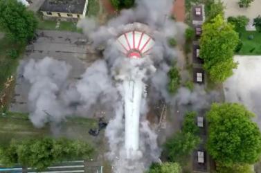 Drónvideón nézhetjük végig a víztorony felrobbantását