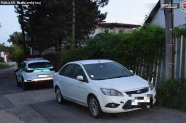 Alkalmi ismerőse kiszállt az autóból rágyújtani, a dunaszerdahelyi járásbeli hölgy meg csak erre várt, és ellopta a kocsiját