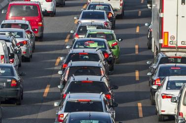 Óriási dugóban állnak az autók Hegyeshalomnál